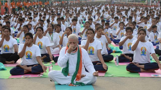 eerste-dag-van-yoga-groot-succes-in-india